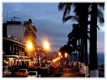 Puerto Vallarta Malecon bei Nacht