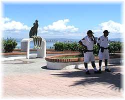 Puerto Vallarta - Polizei an der Strandpromenade, im Schatten unter Palmen