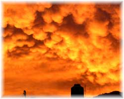 Dichte Wolkendecke mit Abendrot kurz vor einem Gewitter in Puerto Vallarta
