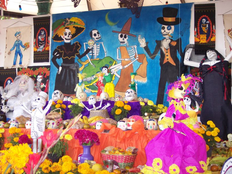 dia de los muertos essay in spanish Introduce the history, traditions, and symbols of día de los muertos, day of the dead, through educational videos and activities students will learn about mesoamerican beliefs about death and european influences on this celebration.